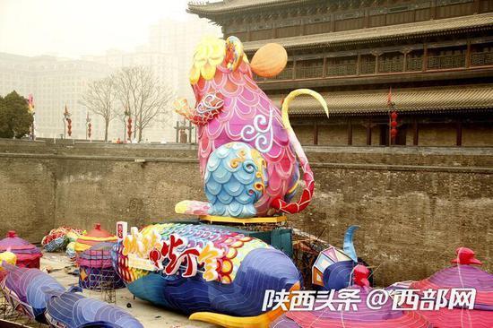 本屆城墻花燈最大單體是一只總高18米的卡通炫彩老鼠