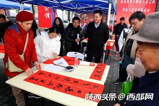 陕西体育人服务三秦百姓,新春义务写对联活动举行。