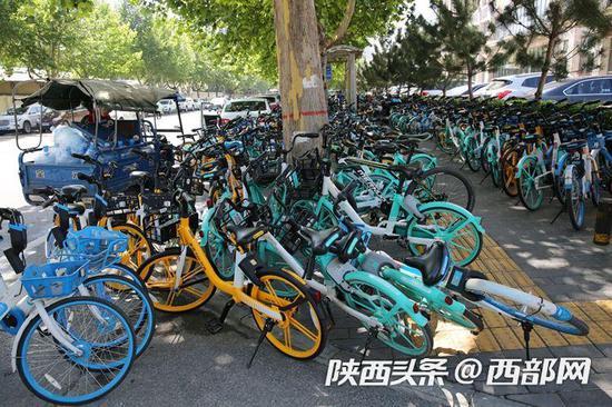 记者回访西安共享单车停放乱象:仍有非机动车道被占用