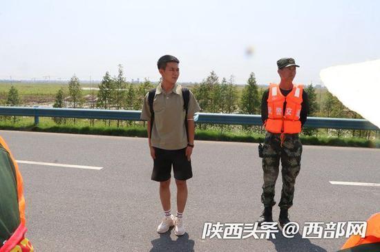 陕西退役小伙奔赴千里支援合肥抗洪抢险。