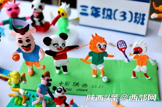 西安建国路小学学生制作手工泥塑十四运会吉祥物。