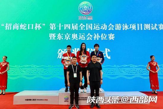 陕西游泳小将贺赟夺得女子100米蛙泳决赛冠军(中间,摄影:田涯)