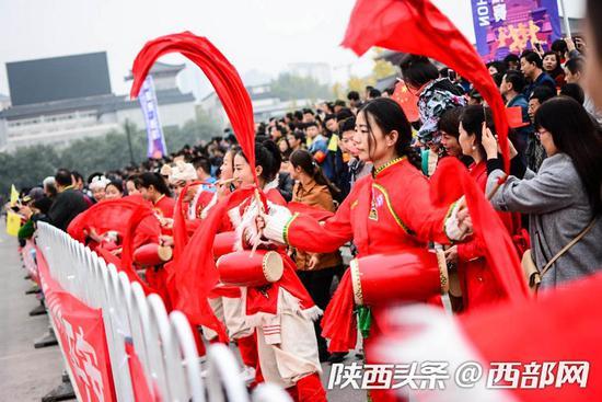 第一届西安国际马拉松,文化加油站的精彩表演。(资料图)