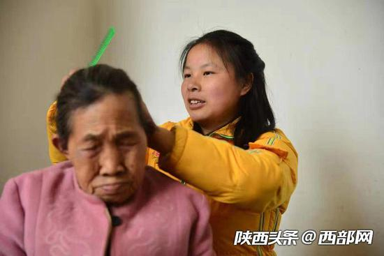 陈金兰十几年如一日,每天为母亲梳头、洗脸、穿衣。