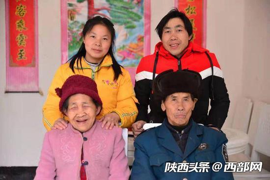 陈金兰夫妇与父母在新房里的第一张合影。