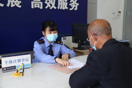 工作人员与个体经营者核对录入信息