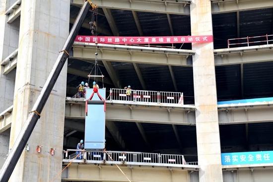 中国国际丝路中心大厦幕墙首次吊装