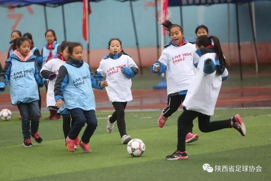 资料图:阿房路一校的操场上,孩子们在踢球