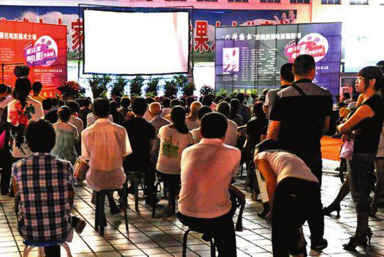 2012年夏天的一个晚上,安康市汉滨区一广场正在放映露天电影。和改革开放前露天观影的盛况相比,今天的露天电影更像是一种回忆式的情景再现。