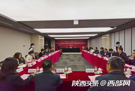 """陕西省教育厅与中国银行陕西省分行签署了""""振兴发展陕西省青少年校园足球战略合作框架协议""""。"""
