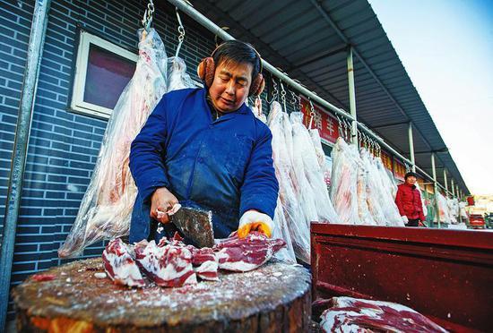 每到腊月,安塞地椒羊肉就开始供不应求。 记者 赵晨摄