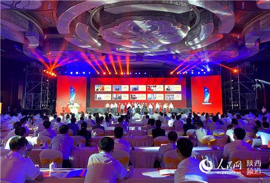 """西安举行首届""""市长特别奖""""颁奖典礼 表彰优秀企业家"""