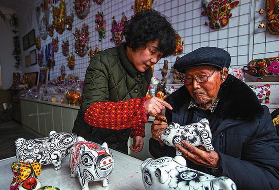 胡深先生的女儿胡小红从小就跟随父亲学艺。富有创新精神的胡小红如今也已成为凤翔泥塑的代表性传承人。