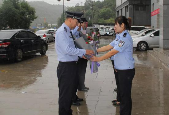 陕西女子因家庭纠纷伙同他人杀姐夫,漂白身份潜逃18年被抓