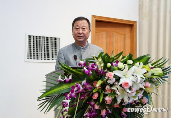 中国(西安)丝绸之路研究院院长胡健教授作大会主旨发言。