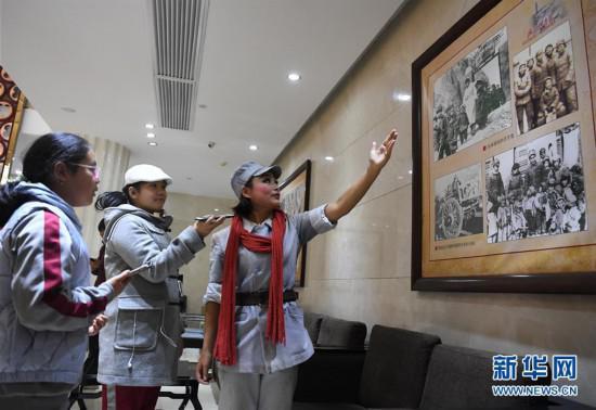 11月9日,《延安保育院》演员乔娅(右一)在延安市的剧场内向观众讲解延安保育院历史。