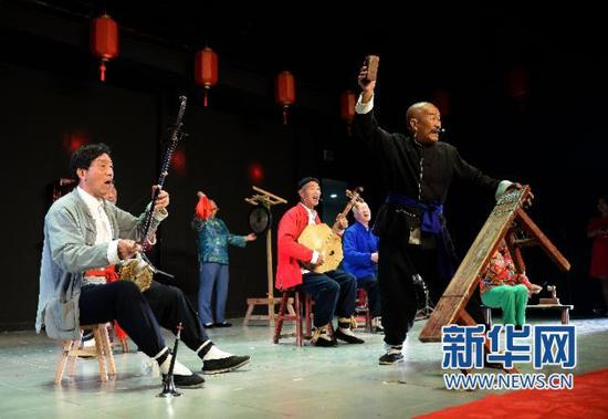 在陕西西安蓝田县白鹿原影视城,艺人们在表演华阴老腔(6月9日摄)新华社记者 刘潇 摄