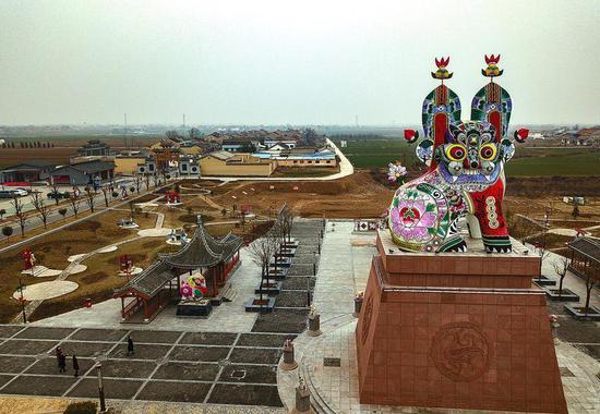 """六营民俗村中国泥塑文化园里这尊总高二十一米的""""泥塑坐虎""""是目前全球最大的泥塑虎。"""