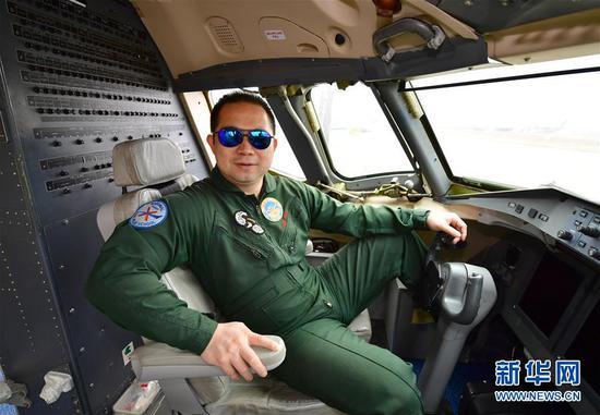 C919大型国产飞机试飞员赵鹏在飞行试验机驾驶舱内(4月2日摄)。 新华社记者 邵瑞 摄