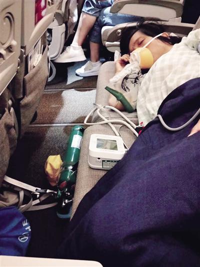 6月28日晚,孕妇经西安交大一附院新生儿科主任李晖施救后吸氧休息。