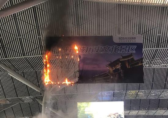 今天(7月31日)晚上西安北站候车大厅广告牌起火。(图片来源:微博)