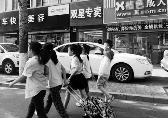 这家成人用品店开在孩子放学的必经之路上 本报记者李宗华摄