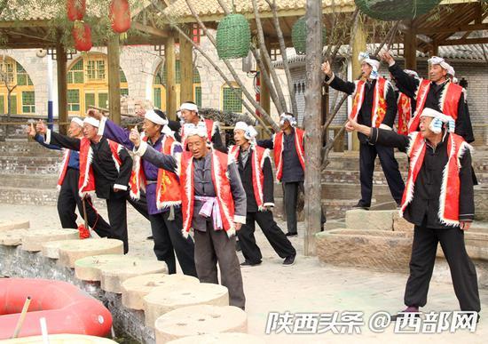 """实景剧""""爱情篇"""":村民对唱民歌,现场气氛十分热闹。"""