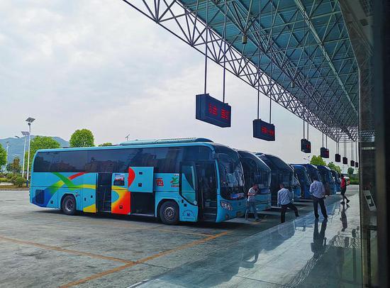 5月25日,安康高速客运站内整齐停靠的客运大巴。