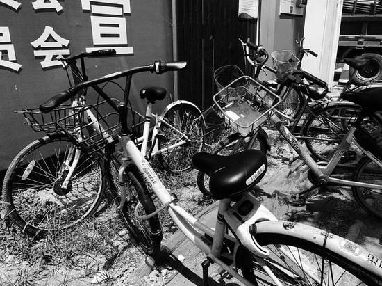 一家建筑工地里被上了私锁的共享单车