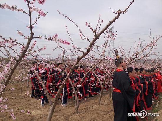 大荔县两宜镇近百中小学生,桃花源里诵经典。