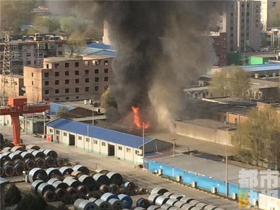 从图片中可以看到,现场火势凶猛,浓烟滚滚。