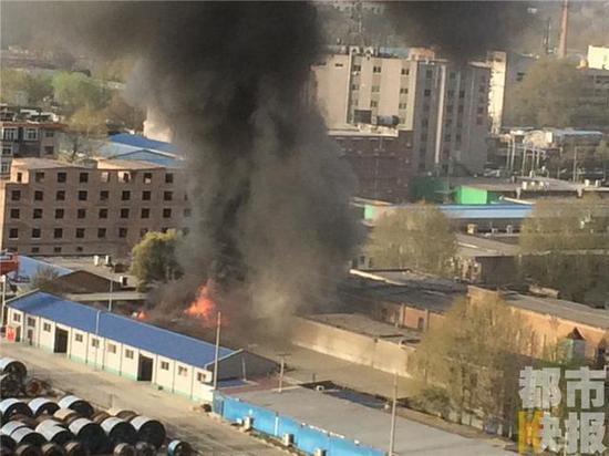 据了解,起火的是一个用活动板房搭建的两层的医药仓库。