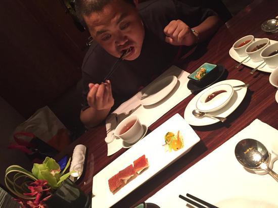 刘先生专心致志吃的样子好欠扁!