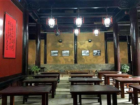园内参天的古木,依稀透着江南风韵的秦商建筑,飞檐翘角,古朴幽静……