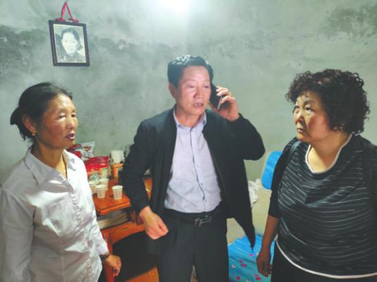 郭西康夫妇在二姐(左一)家,母亲的照片仍挂在墙上。华西都市报 图