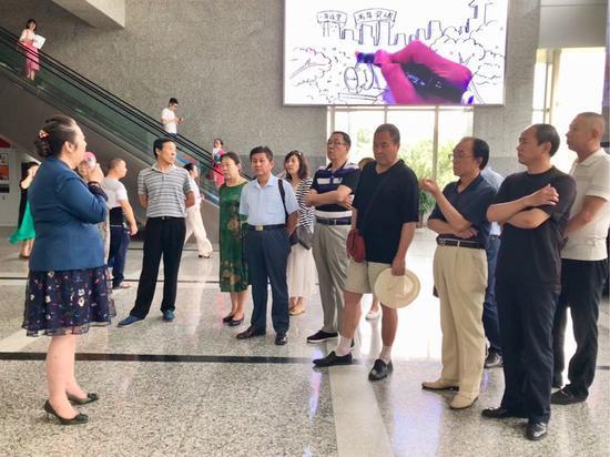 高新区邀请社区代表视察体验高新区政务服务大厅改善营商环境