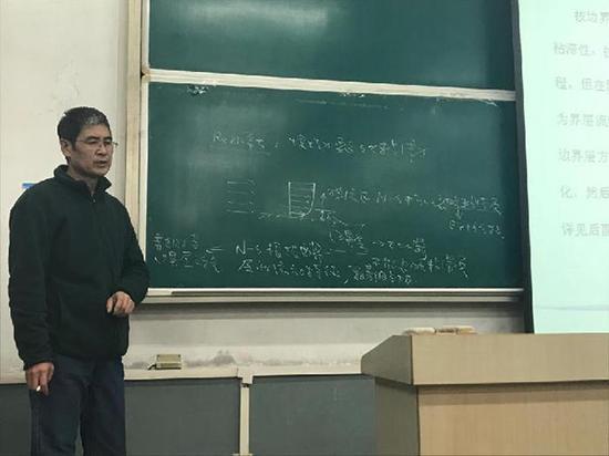 牛争鸣教授讲课。西安新闻网 图