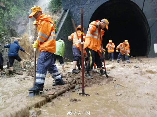受连续强降雨影响,陇海铁路、宝成铁路发生水害。(图片来源:央广网微博)
