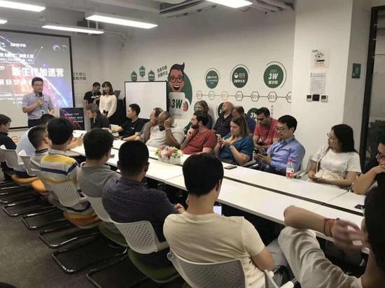 """中美创业项目在西安高新创业咖啡街区以""""路演""""寻合作"""