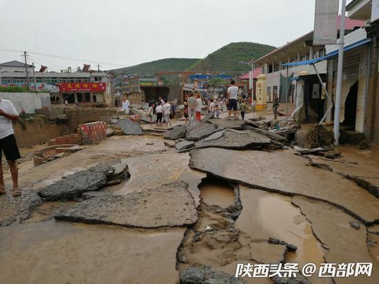 7日凌晨,绥德县义合镇遭遇洪灾,当地积极开展抢险救援。