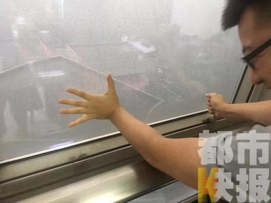 (风雨大到连窗子都没法推开)