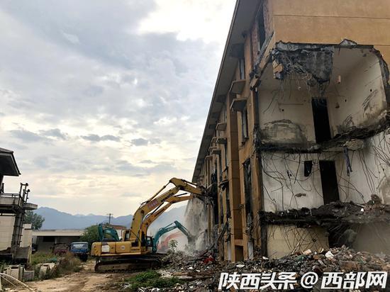 鄠邑区对违建别墅进行拆除。