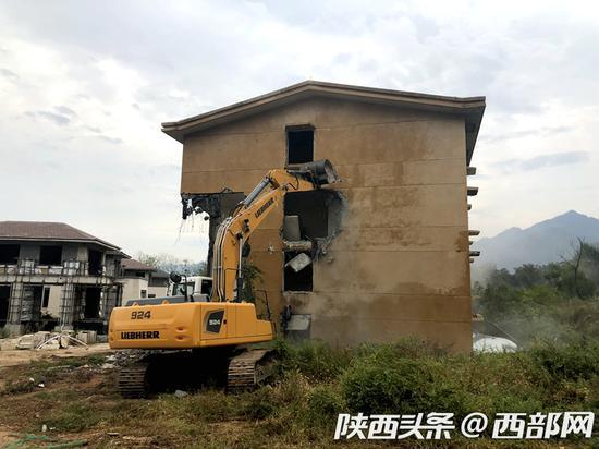 """鄠邑区对""""达观天下""""项目违建别墅进行拆除。"""