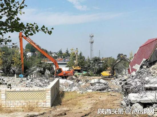 在长安区东大街道新联村,施工人员正在拆除违建颐德庄项目