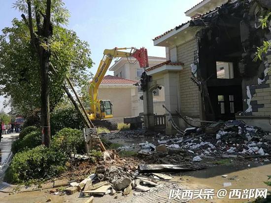 在长安区东大街道降南村,施工人员正在拆除国岭项目的违建别墅