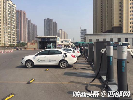 西安纺织城客运站汽车充电站上线,充电3小时可免费停车。