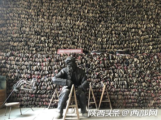 """赤牛坬博物馆著名的""""万鞋墙""""。"""