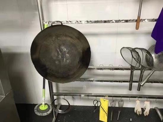 废旧锅具的局部细节,与正常烧菜锅相比少一个锅把