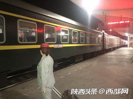 3月27日从广州回到安康的向金玉站完最后一班岗向列车行注目礼。