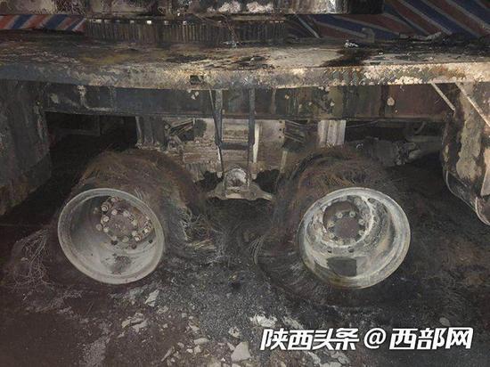 """安康一吊车""""碰""""高压线后轮胎被烧毁"""